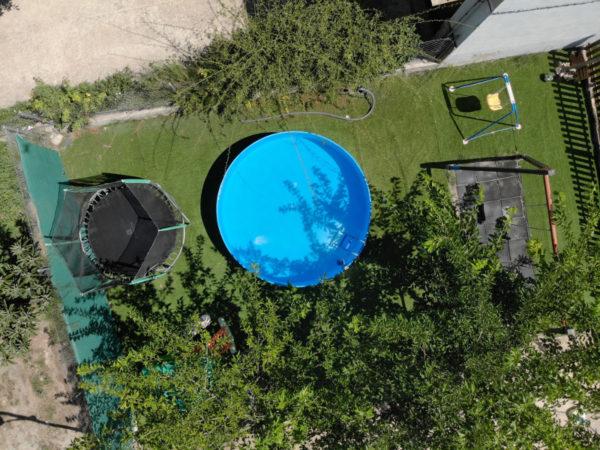 Camas elásticas, 2 piscinas, columpios, ping pong